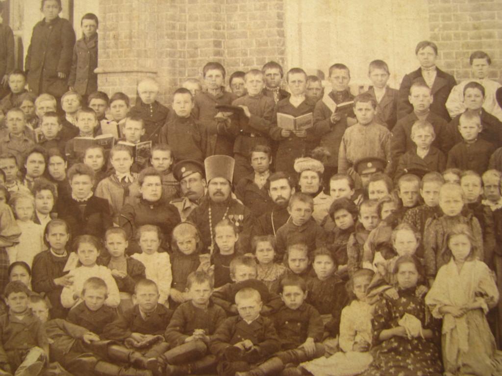 Прот. Павел Мичурин с учениками НИкольской школы 1900