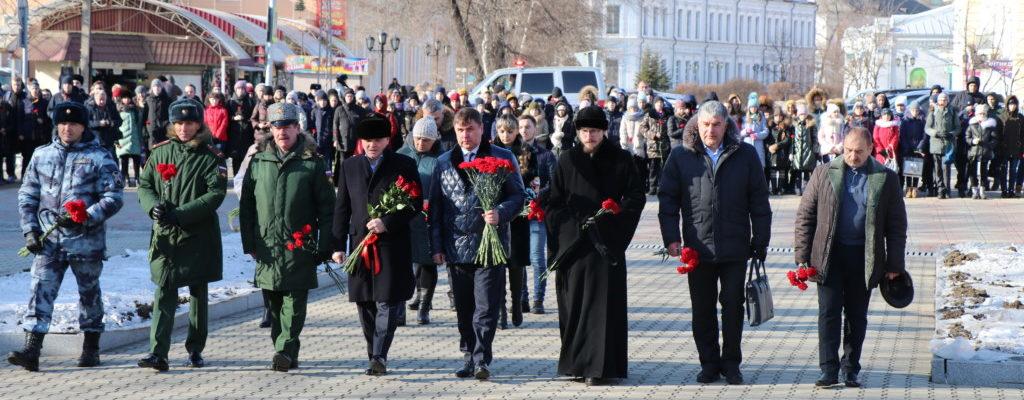 Церемония возложения цветов и венков, посвященная Дню Неизвестного Солдата, состоялась на площади Победы в Уссурийске.